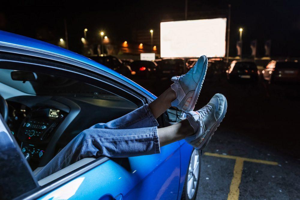 Séance de cinéma, drive-in ou ciné-parc en plein air depuis votre voiture
