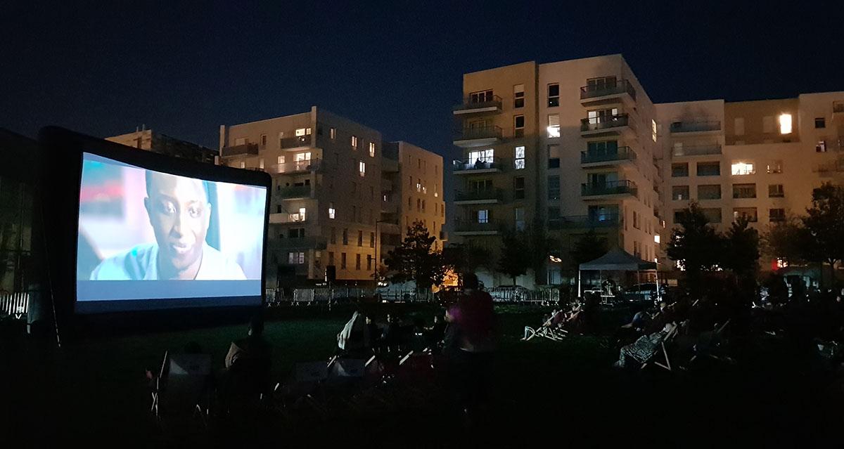 Installation de cinéma en plein air